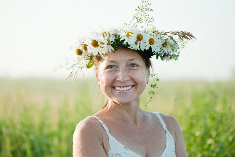 wise woman with daisy crown